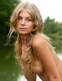Model camille in nature