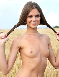 Model tessa in golden harvest